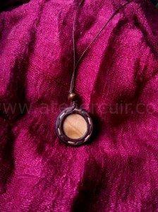 pendentif tour de cou en cuir et bois