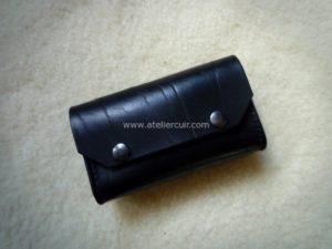 pochette noire noir ceinture telephone iphone tithouan ateliercuir cuir vache couture point sellier artisan artisanat main