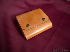 trousse de toilette en cuir pour rasoir blaireau et paquet de lames par tithouan ateliercuir