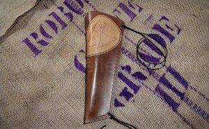 carquois contrebasse en cuir décora d'un motif créé par le client, cousu main