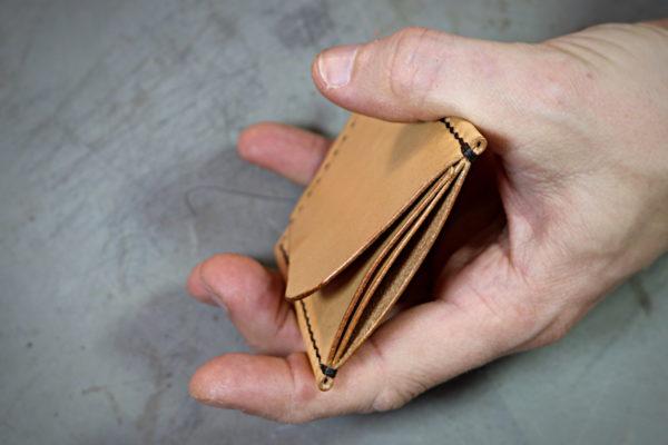 Porte cartes origami pliage en cuir - une seule pièce de cuir - cousu main point sellier - tithouan pour ateliercuir.com