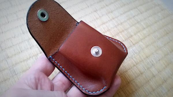 Un porte monnaie aux coins arrondis en cuir, couture main au point sellier - tithouan pour ateliercuir.com