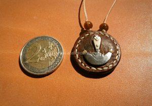 pendentif outil demi lune cuir de poisson