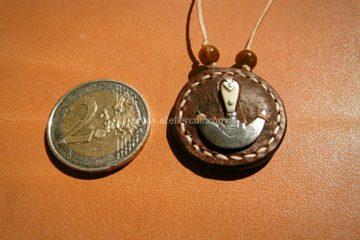 pendentif outil demi lune cuir poisson