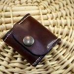 Porte monnaie cuir marron carré cousu main - maroquinerie artisanale et travail du cuir par Tithouan