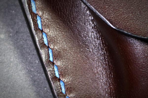Un porte monnaie hexagone en cuir, couture main au point sellier.