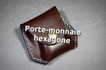Un porte monnaie hexagone en cuir, couture main au point sellier.